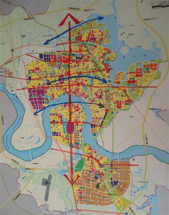 网模式:城市的各种节点呈散点分布,它们之间的放射道路构成城市轴线体系,不同轴线之间相互交错连接,形成轴网。属于轴网模式的城市轴线空间体系,通常还是有一条最重要的城市主轴统领全局。(4)枝状模式:城市有一明显的主轴,若干次轴与主轴相交。城市主轴是联系不同次轴的纽带,它通常既是发展轴又是景观轴。 二、常德市城市轴线的基本情况 据《常德市志》(2002年版)记载,自公元前227年张若筑城,到明代前常德域内建置变迁繁复,城市道路未成完整格局,至明嘉靖时常德府城道路系统始具邹形,主轴线为东西走向的大街和城